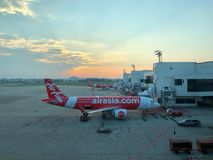 Os aviões de Thai AirAsia que esperam os passageiros Foto de Stock Royalty Free