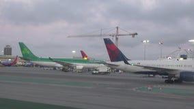 Os aviões do jato alinharam ao longo da pista de decolagem em RELAXADO filme
