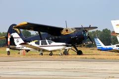 Os aviões dos esportes no aeroporto, Imagens de Stock Royalty Free