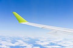 Os aviões durante o voo voam as nuvens do céu azul ensolaradas Foto de Stock