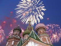 Os aviões militares do russo voam na formação sobre a catedral durante a parada de Victory Day, Rússia da manjericão de MoscowSai Imagens de Stock