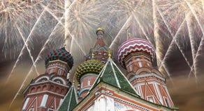 Os aviões militares do russo voam na formação sobre a catedral durante a parada de Victory Day, Rússia da manjericão de MoscowSai Fotografia de Stock Royalty Free