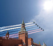 Os aviões militares do russo voam na formação sobre a torre de MoscowSpassky do Kremlin durante a parada de Victory Day, Rússia d Fotografia de Stock