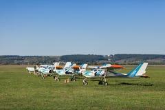 Os aviões pequenos e leves estão em um gramado Fotos de Stock
