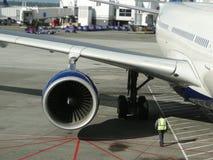 Os aviões são prestados serviços de manutenção Fotos de Stock Royalty Free