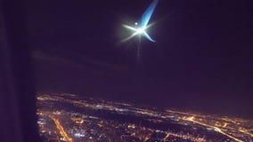 Os avi?es do avi?o da decolagem migram o conceito o plano que decola na noite na tira do aeroporto Aterragem plana A vista de Bur video estoque