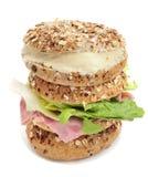Os bagels de Brown encheram-se com o queijo e o presunto e a alface spreadable m Imagem de Stock