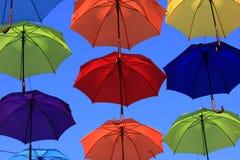 Os balões coração-dados forma coloridos com fundo do céu azul Fotografia de Stock Royalty Free