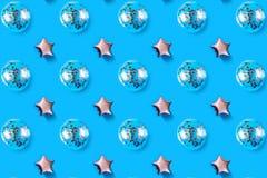 Os balões de ar da estrela e do círculo deram forma à folha no fundo cor-de-rosa pastel Composição de Minimalistic do balão metál foto de stock royalty free