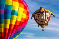 Os balões de ar quente tomam o voo imagem de stock
