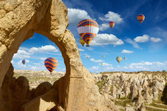 Os balões de ar quente voam no céu azul em Kapadokya, Turquia fotografia de stock royalty free