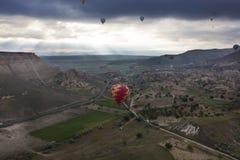 Os balões estão voando sobre o vale em Cappadocia fotos de stock