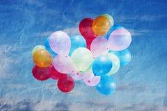 Os balões no céu, vintage, textura amarrotaram o papel Fotos de Stock Royalty Free