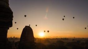 Os balões que voam sobre o templo de Dhammayangyi em Bagan Myanmar, Ballooning sobre Bagan são uma da ação a mais memorável para  Fotos de Stock