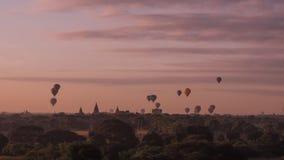 Os balões que voam sobre o templo de Dhammayangyi em Bagan Myanmar, Ballooning sobre Bagan são uma da ação a mais memorável para  Imagem de Stock