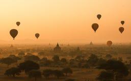 Os balões voam sobre mil dos templos no nascer do sol em Bagan, Myanmar Foto de Stock Royalty Free