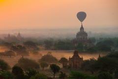 Os balões voam sobre mil dos templos no nascer do sol em Bagan, Myanmar Fotos de Stock Royalty Free