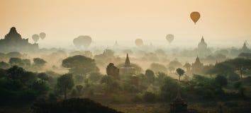 Os balões voam sobre mil dos templos no nascer do sol em Bagan, Myanmar Fotos de Stock