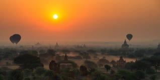 Os balões voam sobre mil dos templos no nascer do sol em Bagan, Myanmar Fotografia de Stock Royalty Free