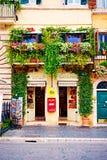 Os balcões completamente de flores e de hortaliças decoram casas e ruas Foto de Stock