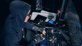Os bancos de dados estão obtendo quebrados por um hacker masculino vídeos de arquivo