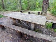 Os bancos de madeira e a tabela de madeira Foto de Stock Royalty Free