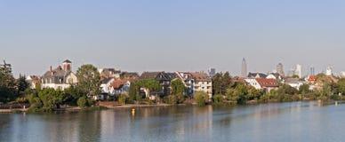 Os bancos do rio principal em Francoforte-Griesheim Fotos de Stock