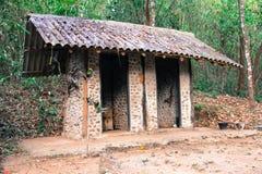Os banheiros são feitos da pedra e da madeira com testes padrões bonitos e imagens de stock royalty free