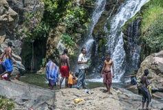 Os banhistas esfriam fora na base de Ella Waterfall perto de Tissamaharama em Sri Lanka foto de stock