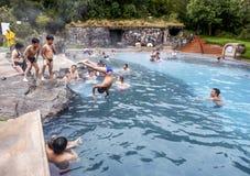 Os banhistas relaxam em uma associação térmica no Papallacta Hot Springs em Equador Fotos de Stock Royalty Free