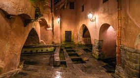 Os banhos romanos antigos públicos famosos em Cefalu, Sicília, Itália imagem de stock