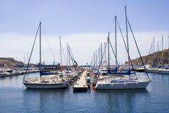 Os barcos amarraram em um porto Fotos de Stock