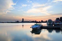 Os barcos amarraram no cais da cidade Fotos de Stock Royalty Free