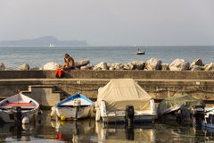 Os barcos ancoram no porto o 30 de julho de 2016 em Desenzano del Garda, Itália Foto de Stock Royalty Free