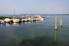 Os barcos ancoram no porto o 30 de julho de 2016 em Desenzano del Garda, Itália Fotos de Stock Royalty Free