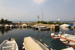 Os barcos ancoram no porto o 30 de julho de 2016 em Desenzano del Garda, Itália Imagem de Stock Royalty Free