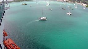 Os barcos aproximam o navio de cruzeiros, St Thomas video estoque