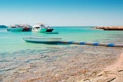 Os barcos aproximam a praia Imagem de Stock