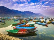 Os barcos com cores diferentes, a reflexão do céu na água imagem de stock