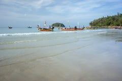 Os barcos da excursão estão na praia de Kata, esperando os turistas, no amanhecer imagens de stock