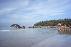 Os barcos da excursão estão na praia de Kata, no amanhecer imagens de stock