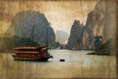 Os barcos da sucata em Halong latem, Vietname, processo do sepia do vintage foto de stock royalty free