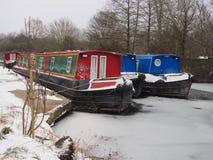 Os barcos de canal coloridos amarraram no canal gelado da água, do Kennet e do Avon Imagens de Stock