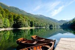 Os barcos de enfileiramento amarraram ao pontão no lago em Montenegro Imagens de Stock