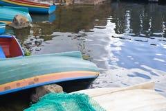 Os barcos de enfileiramento amarraram a beira do lago Fotografia de Stock