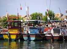 Os barcos de Fisher na praia na manhã iluminam-se Fotografia de Stock
