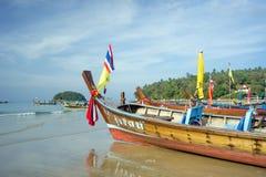 Os barcos de madeira estão na manhã na praia imagens de stock royalty free