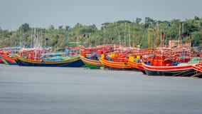Os barcos de madeira pintados com cores diferentes alinham os bancos do rio Ganges para que o turista contrate Fotografia de Stock Royalty Free