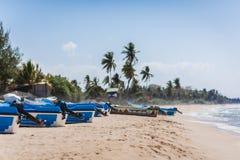 Os barcos de motor dos salvadores no oceano arenoso costeiam Fotografia de Stock