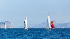 Os barcos de navigação participam na regata da vela esporte imagens de stock